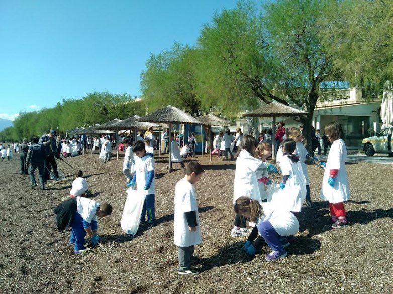 Mαθητές καθάρισαν την παραλία της Νέας Αγχιάλου