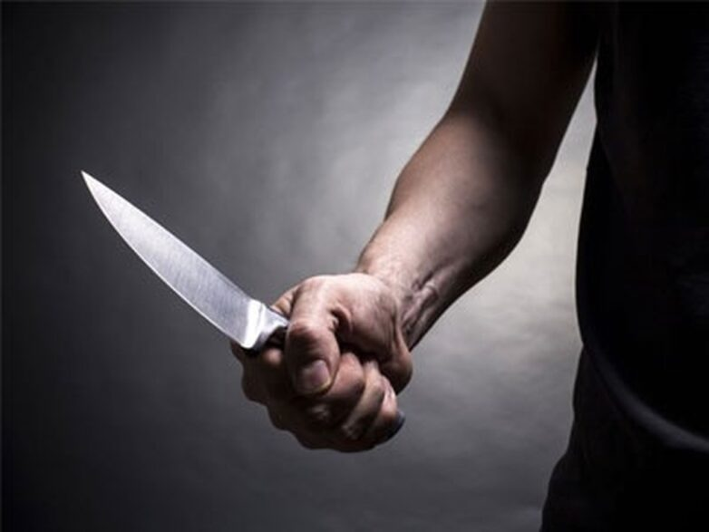 Tραυμάτισε με μαχαίρι γείτονά του και αναζητείται