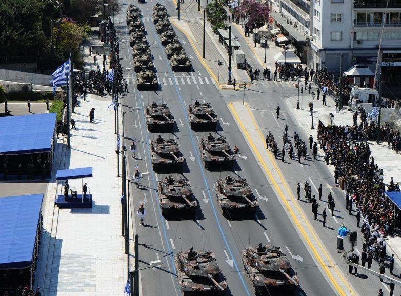 Στρατιωτική παρέλαση, γλέντια και χοροί στο Σύνταγμα στον εορτασμό της 25ης Μαρτίου
