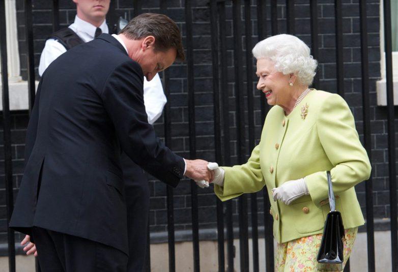 Στα ανάκτορά για τη διάλυση της Βουλής ο Βρετανός πρωθυπουργός- Ξεκινά η προεκλογική αναμέτρηση στη Βρετανία