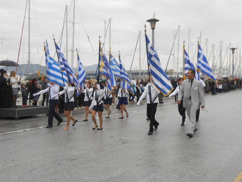 Με βροχή και απουσίες η παρέλαση στο Βόλο