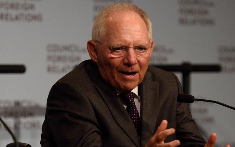 Σόιμπλε: Μόνο εκτός Ευρωζώνης, «κούρεμα» του ελληνικού χρέους
