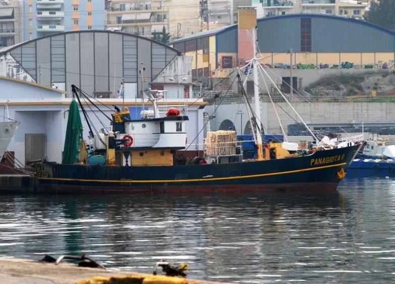 Ημιβυθισμένο ανενεργό αλιευτικό σκάφος στη Μηλίνα