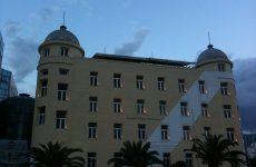 Καταγγελία για τέντες και πέργκολες στο κτήριο Παπαστράτου