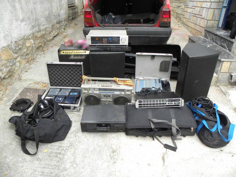 Αφαίρεσε ηχητικά συστήματα και Η/Υ και συνελήφθη