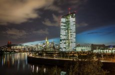 Διαπραγματεύσεις υπό τη δαμόκλειο σπάθη της ΕΚΤ