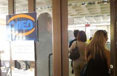 Αύξηση ανεργίας παρά τη μείωση των μισθών διαπιστώνει ο ΟΟΣΑ