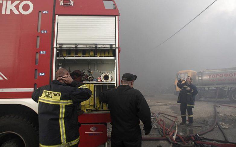 Υπό μερικό έλεγχο η φωτιά στο εργοστάσιο της Softex