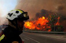 Στο έλεος καταστροφικών πυρκαγιών πολλές περιοχές της Ισπανίας
