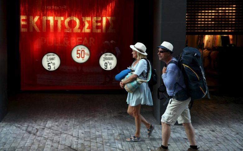 Αισθητά αυξημένη η κίνηση στο εμπορικό κέντρο της Αθήνας