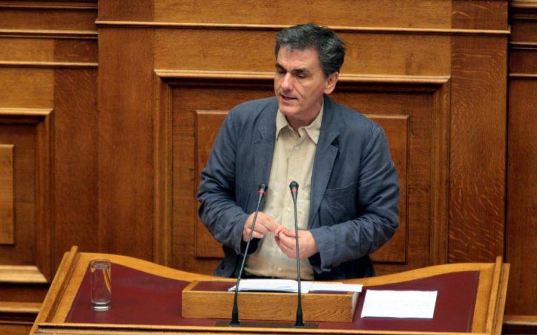 Ξεκίνησε η διαδικασία στη Βουλή – Μολότοφ, δακρυγόνα και προσαγωγές στο Σύνταγμα