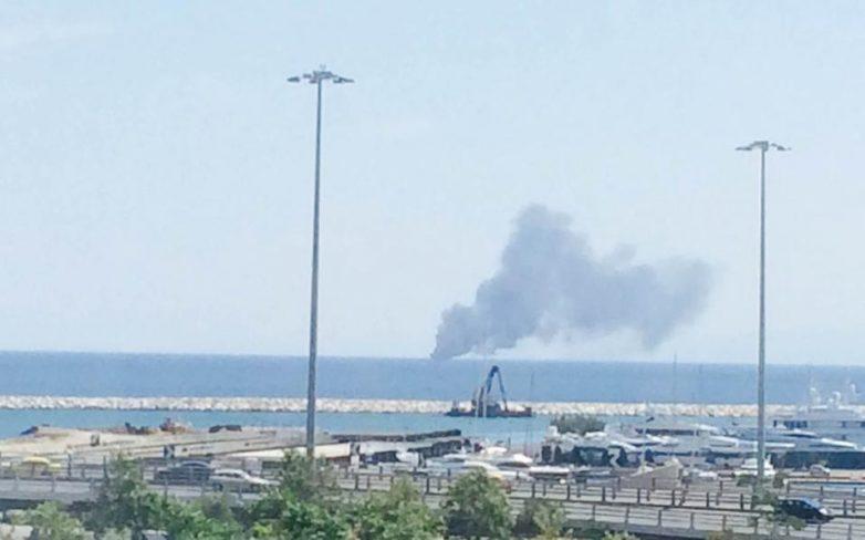 Πυρκαγιά σε θαλαμηγό ανοιχτά του Πειραιά
