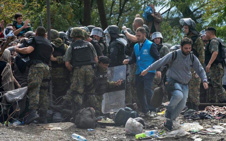 «Εσπασαν» τον κλοιό ασφαλείας στα σύνορα της ΠΓΔΜ – Επεισόδια στην ουδέτερη ζώνη