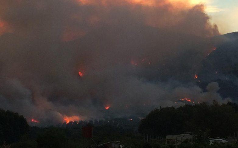 Σε εξέλιξη πυρκαγιές σε Αιτωλοακαρνανία και Χαλκιδική