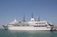"""Στο λιμάνι του Βόλου το κρουαζιερόπλοιο """"Aegean Odyssey"""""""
