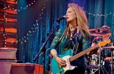 Η Μέριλ παίζει κιθάρα και τραγουδά