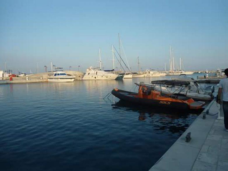 Ανέλκυση ημιβυθισμένου αλιευτικού σκάφους στο λιμάνι του Βόλου