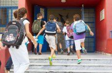 Σχολείο χωρίς βαθμούς, παρελάσεις και προσευχή