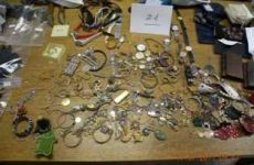 «Φτερά» έκαναν κοσμήματα αξίας 15.000 ευρώ