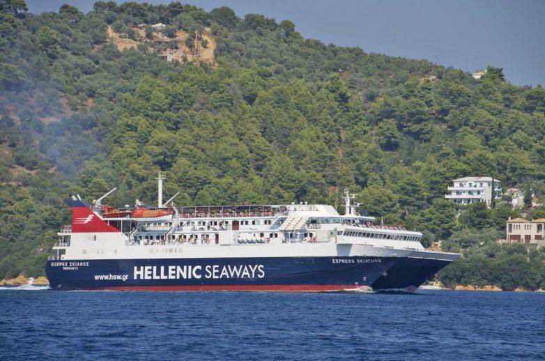 """""""Δεμένα"""" τρία πλοία σε Σκόπελο και Βόλο"""