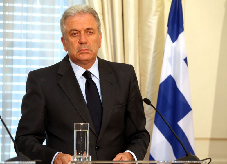 Μετανάστευση: O επίτροπος Αβραμόπουλος στην Αθήνα για διϋπουργική συνάντηση με τις ελληνικές αρχές