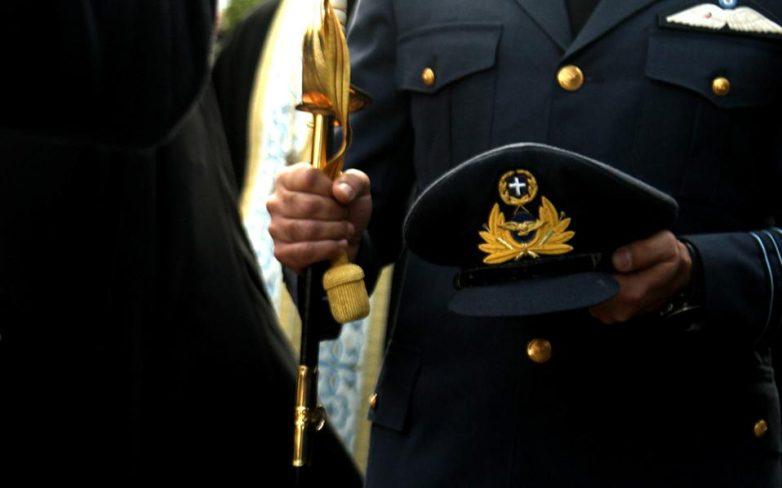 Καταργείται από τις στολές των αξιωματικών, αλλά όχι από τα πηλήκια, το εθνόσημο