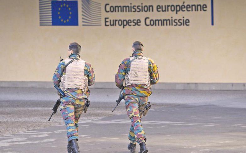 Η Γαλλία κλιμακώνει τις επιθέσεις