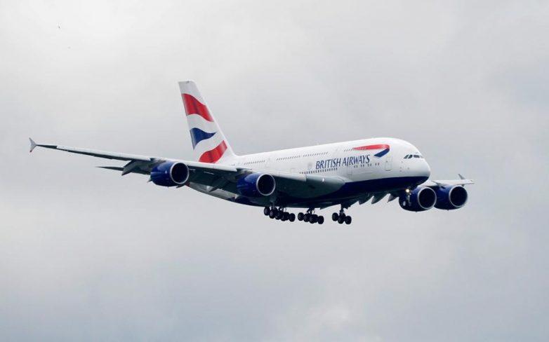 Υπό περιορισμό επιβάτης που προσπάθησε να παραβιάσει έξοδο κινδύνου αεροσκάφους