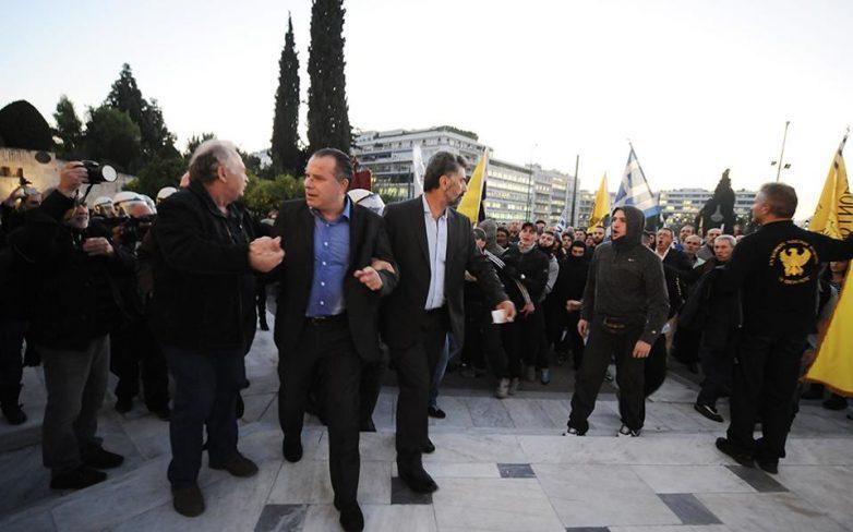 Θύμα προπηλακισμού ο Γιώργος Κουμουτσάκος έξω από τη Βουλή