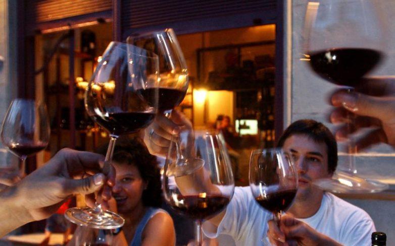 «Οπισθεν» στον φόρο για το κρασί