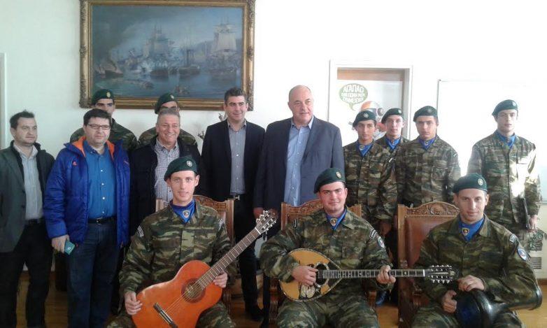 Η 32η Ταξιαρχία Πεζοναυτών, η  Αεροπορία Στρατού και παιδιά της πόλης τραγούδησαν  Χριστουγεννιάτικα κάλαντα στο Δημαρχείο του Βόλου
