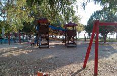 Προμήθεια βότσαλου και υφάσματος στις παιδικές χαρές Αγ. Κωνσταντίνου κι Αγριάς