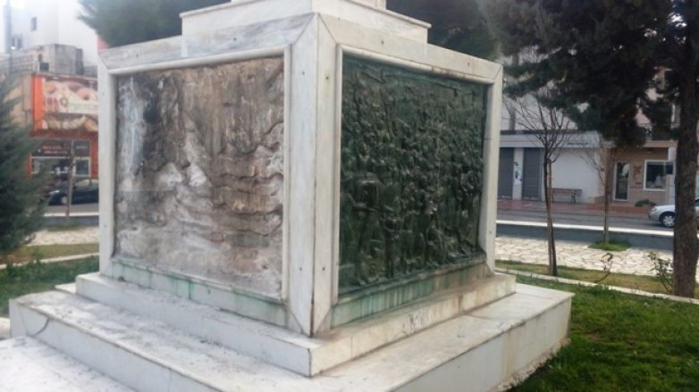 Μήνυση κατ' αγνώστων για την κλοπή γλυπτού στο Άγαλμα της Ελευθερίας στην Πλατεία Ευαγγελιστρίας