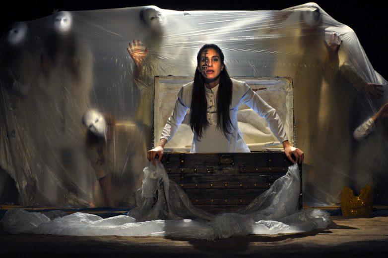 Την Θεατρική Παράσταση «Από Ανατολή σε Δύση, παραμύθι να αρχινίσει…» παρουσιάζει το  Θεατρικό Εργαστήρι