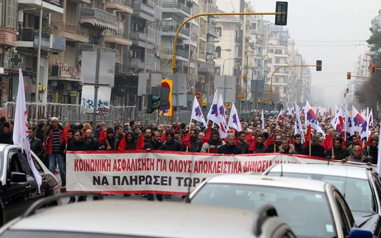 Θεσσαλονίκη: «Πολιορκία» του υπουργείου Μακεδονίας – Θράκης από διαδηλωτές και τρακτέρ