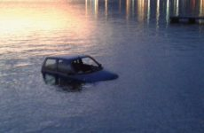 Αυτοκίνητο στη  θάλασσα στο Λουτράκι