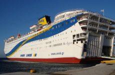 Φορτώνει οικίσκους για μετανάστες το «Ελευθέριος Βενιζέλος» από το λιμάνι Βόλου