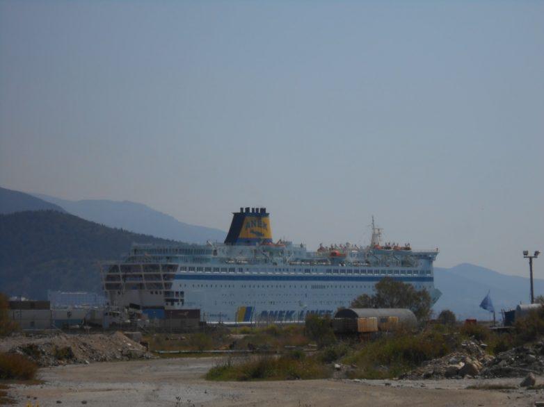 Φόρτωση  οικίσκων από το λιμάνι του Βόλου για τα hot spots