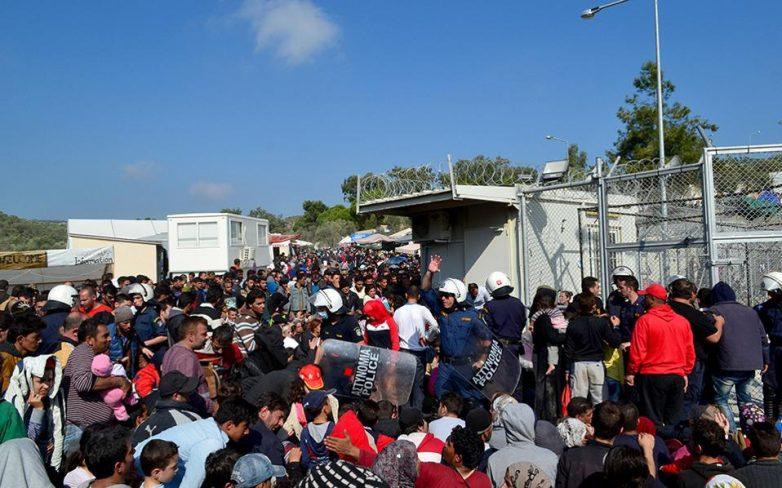 Λέσβος: Επίθεση προσφύγων κατά Μουζάλα – προσπάθεια κατάληψης του hotspot στη Μόρια