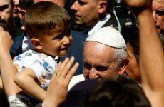 Δώδεκα πρόσφυγες πήρε στο Βατικανό ο Πάπας