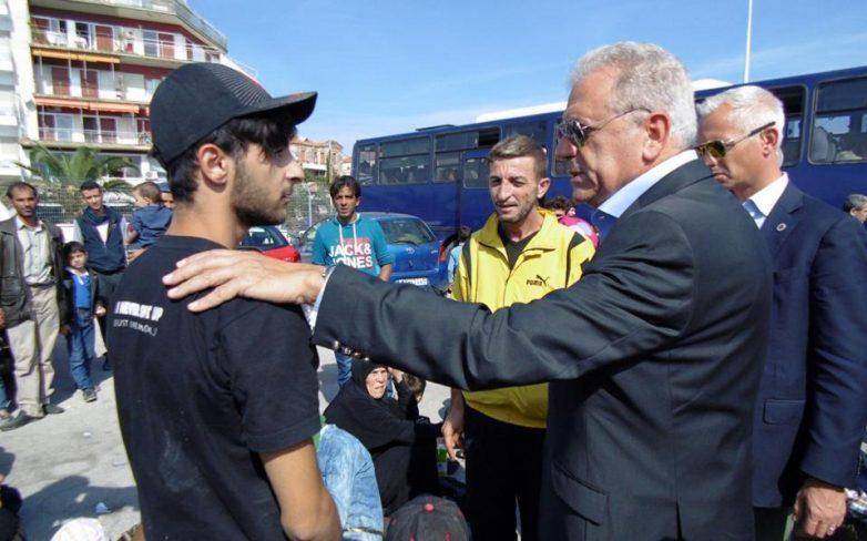 Ο Επίτροπος Αβραμόπουλος συνομιλεί με τους πολίτες στην Κομοτηνή