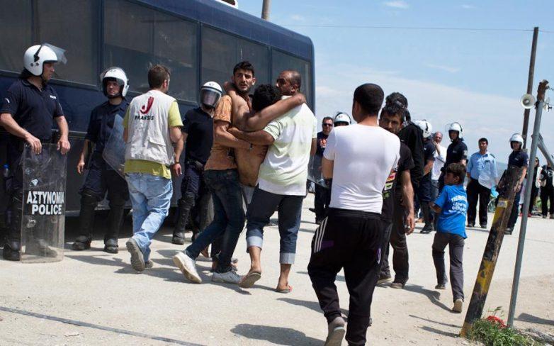Πετροπόλεμος στην ασφυκτικά γεμάτη Ειδομένη
