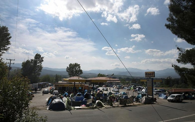 Σε εξέλιξη η επιχείρηση εκκένωσης του άτυπου καταυλισμού στο Πολύκαστρο