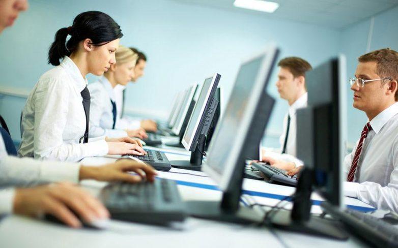 Μέχρι 800 ευρώ ο μισθός για τους μισούς ιδιωτικούς υπαλλήλους