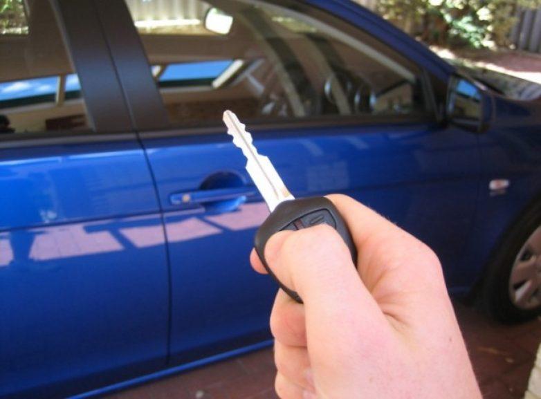 Βρήκε αυτοκίνητο με τα κλειδιά στη μηχανή και το έκλεψε