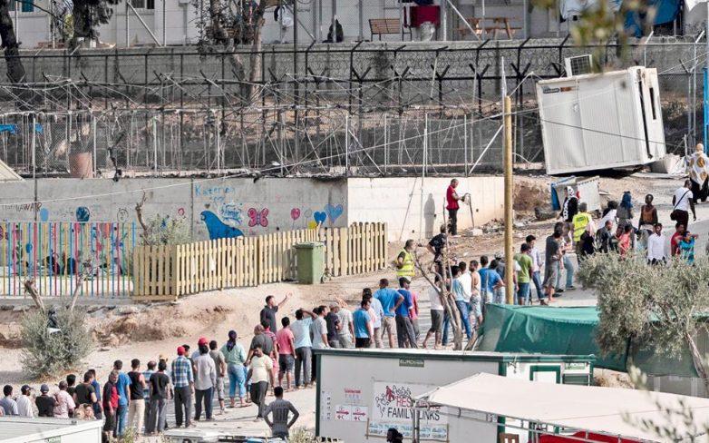 Καταφύγιο σε χωράφια, αποθήκες και στον δρόμο για τους πρόσφυγες της Μυτιλίνης