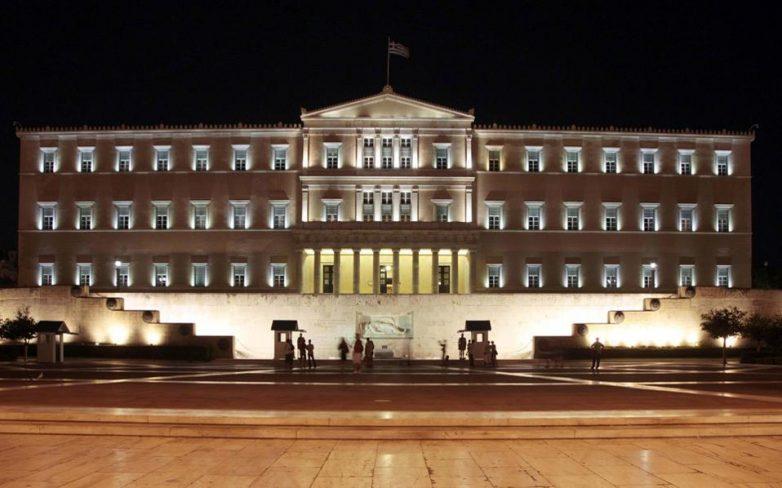 Υπερψηφίστηκε το ν/σ για το «κοινωνικό μέρισμα» – Μετωπική Τσίπρα – Μητσοτάκη στη Βουλή