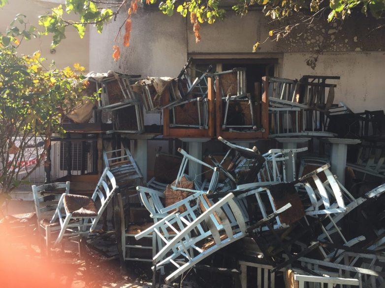 Καμμένα τραπεζοκαθίσματα από φωτιά σε ουζερί