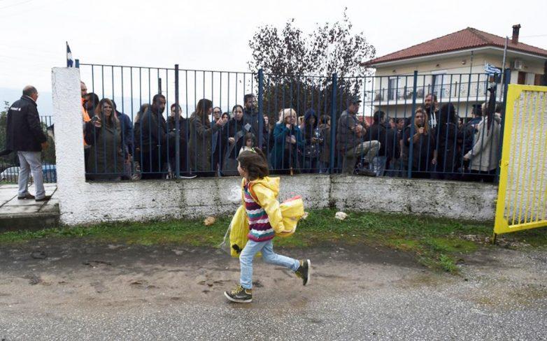 Με μεμονωμένα επεισόδια η πρώτη μέρα στο σχολείο για τα προσφυγόπουλα