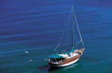 Ακυβέρνητο τουριστικό σκάφος στο Τρίκερι
